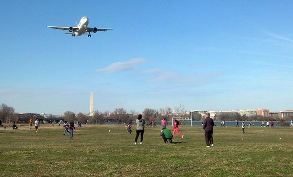 A plane on approach to Reagan National Airport, seen from Gravelly Point