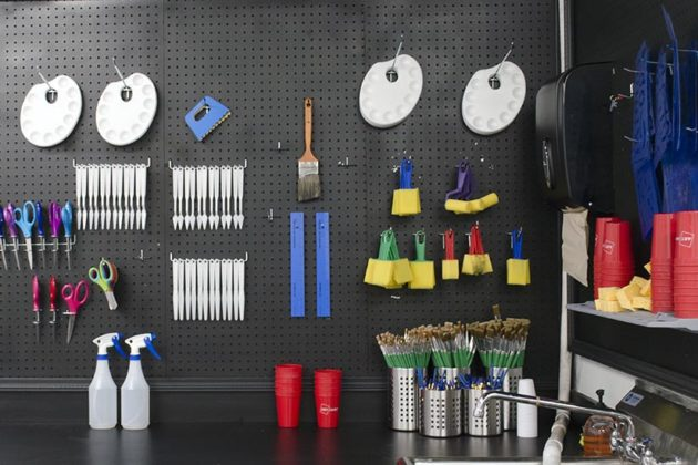 Tools that are offered during painting sessions